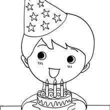 Dibujo para colorear : un niño soplando sus velas de cumple