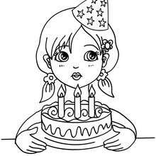 una chica soplando las velas de cumpleaños