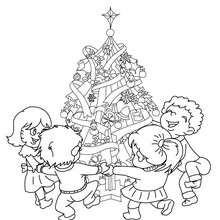Dibujo para colorear : los niños con los regalos al pie del arbol de navidad