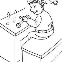 Dibujo para colorear ayudante de Santa controlando la cadena de fabricacion - Dibujos para Colorear y Pintar - Dibujos para colorear FIESTAS - Dibujos para colorear de NAVIDAD - Dibujos de AYUDANTES DE NAVIDAD para colorear