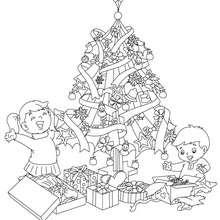 Dibujo para colorear : el arbol de navidad con regalos y niños