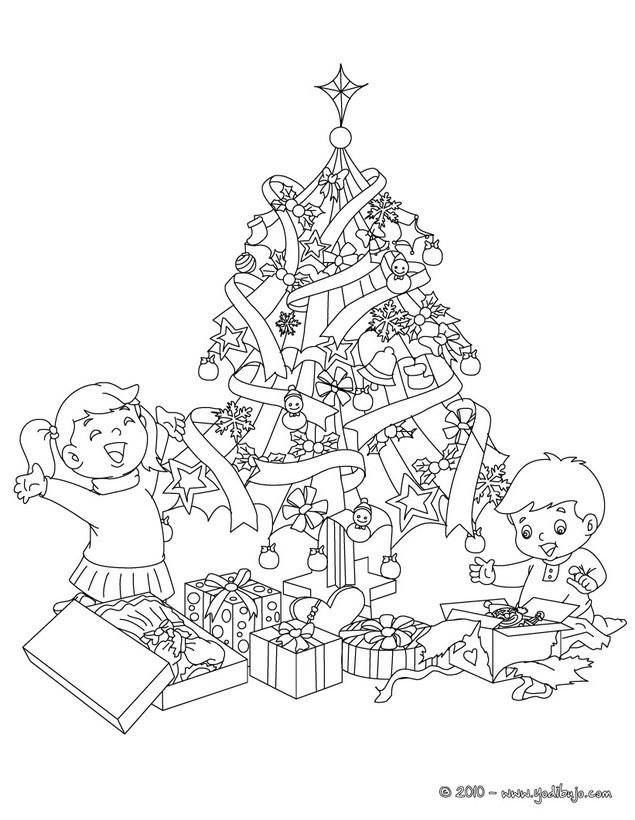 el arbol de navidad con regalos y nios