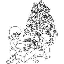 Dibujo para colorear : arbol de navidad con niños y regalos