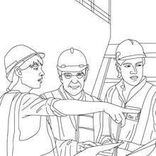 un arquitecto dirigiendo los obreros