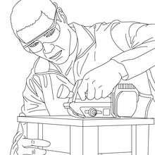 Dibujo para colorear de un carpintero cortando madera con una sierra mecanica - Dibujos para Colorear y Pintar - Dibujos para colorear PROFESIONES Y OFICIOS - Dibujo de CARPINTERO para colorear