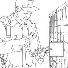 cartero depositando el correo