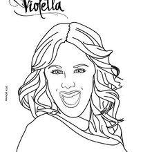 Violetta sonriendo