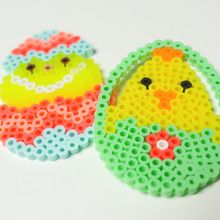 Manualidad infantil : Huevos de Pascua de perlas para planchar