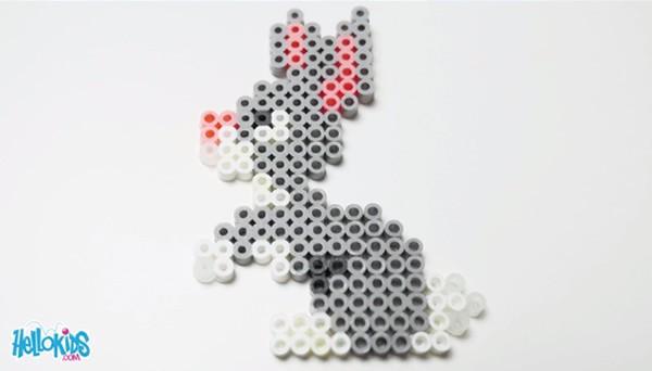 Manualidad infantil : Conejo de Pascua hecho con perlas para planchar