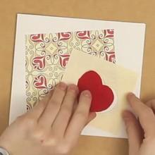 Tarjeta pop-up con una ventana corazón