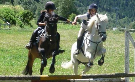 desde pekes montando a caballo