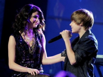 SELENA GOMEZ Y JUSTIN BIEBER CANTAR&Aacute;N JUNTOS