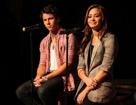 demi-lovato-jonas-chat-chicago-08