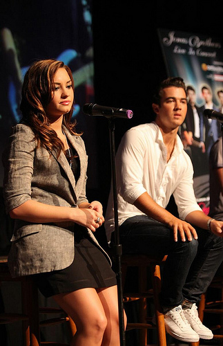 demi-lovato-jonas-chat-chicago-01