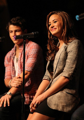 demi-lovato-jonas-chat-chicago-14