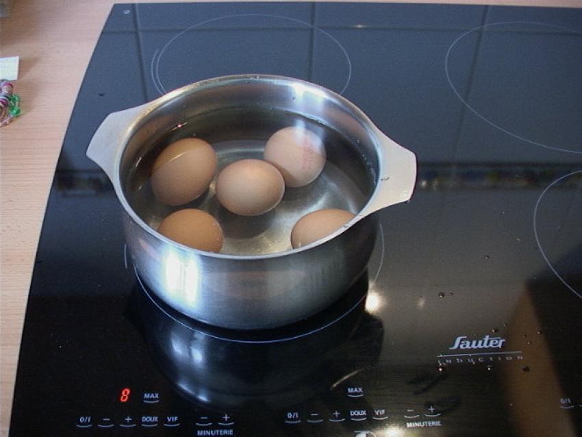 cesta-de-huevos-pintados
